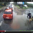 Dziura w drodze na Targówku hitem internetu